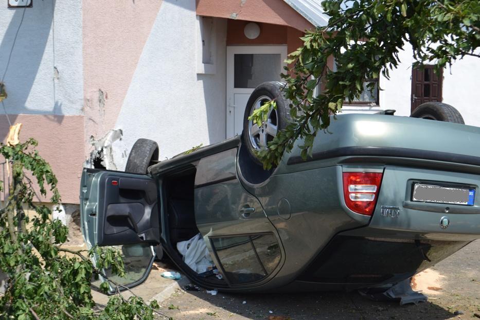 DESIVÁ NEHODA PRI MICHALOVCIACH: Auto vyletelo z cesty a vrazilo do domu