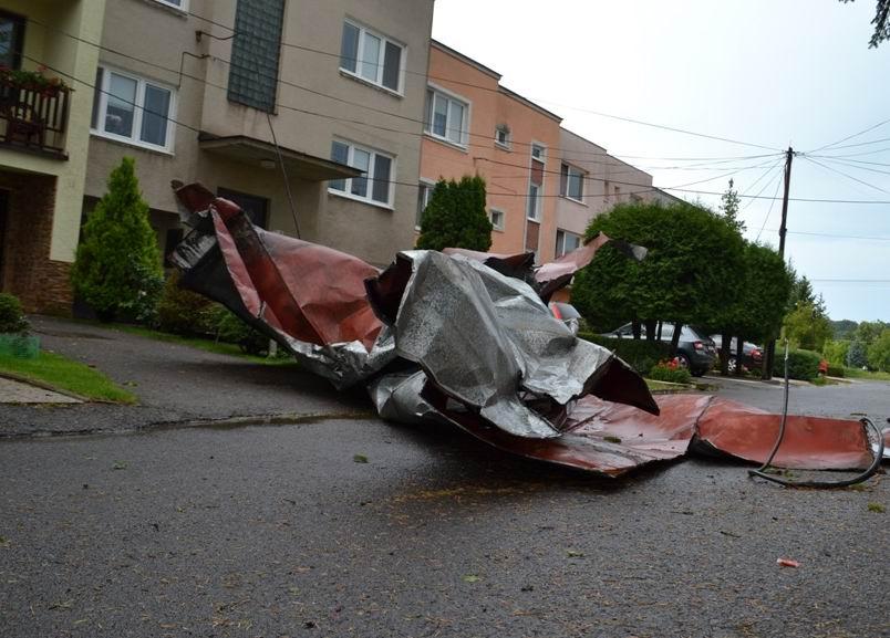 NIČIVÁ BÚRKA V MICHALOVCIACH!!! Strhlo strechy a padali stromy