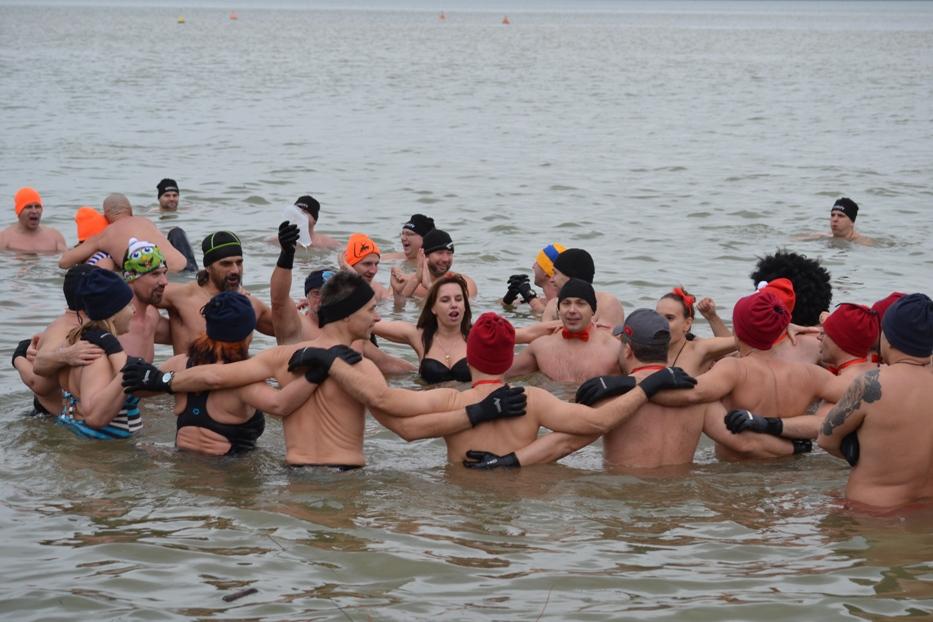 V Šírave si zaplávalo vyše 100 odvážlivcov. Pozrite si fotky