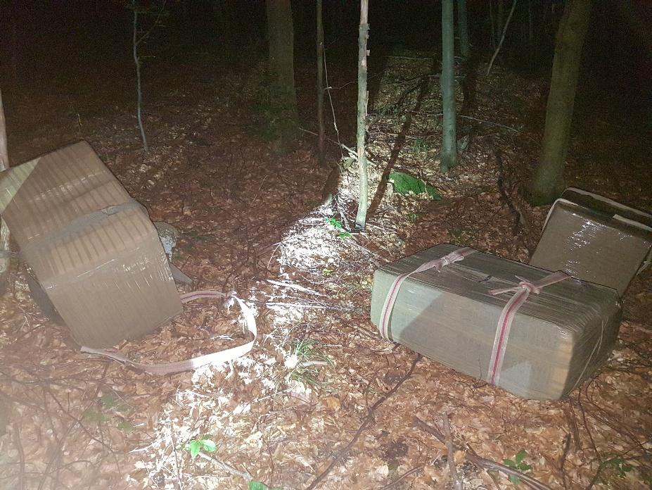 Policajti našli v lese cigarety za takmer 50-tisíc eur