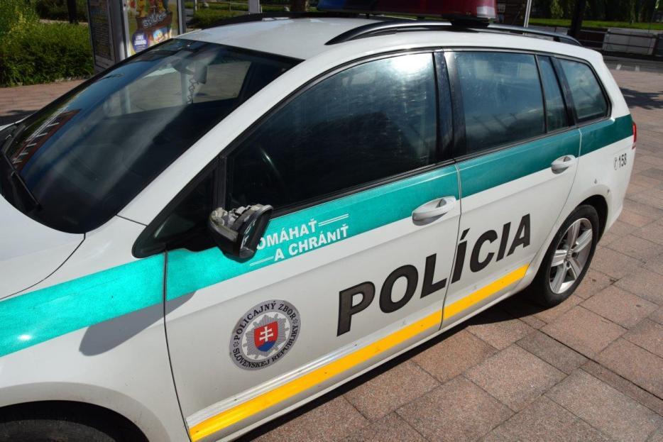 MICHALOVCE: Ženích vyskočil na strechu policajného auta. Skončil v cele