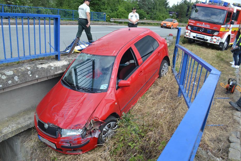 NEHODA NA ŠÍRAVE: Auto vyletelo z cesty a zostalo visieť z mosta