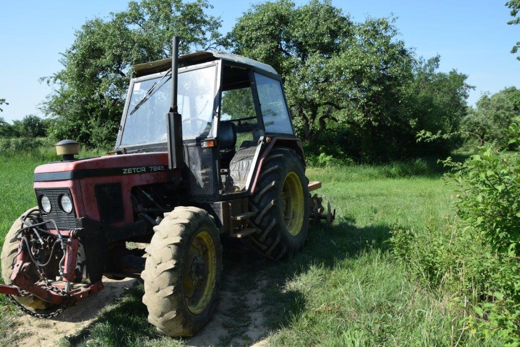 Mladík dostal chuť povoziť sa na traktore. Teraz mu hrozí väzenie
