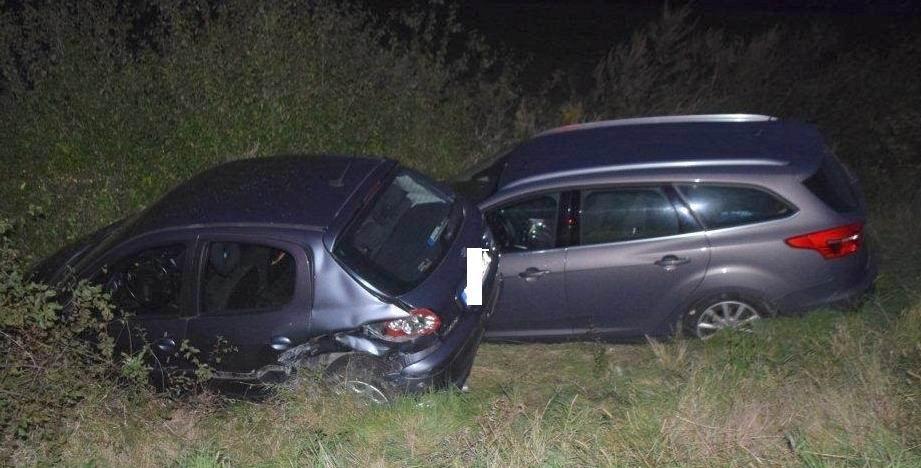 Opitý vodič spôsobil nehodu. Autá skončili v priekope