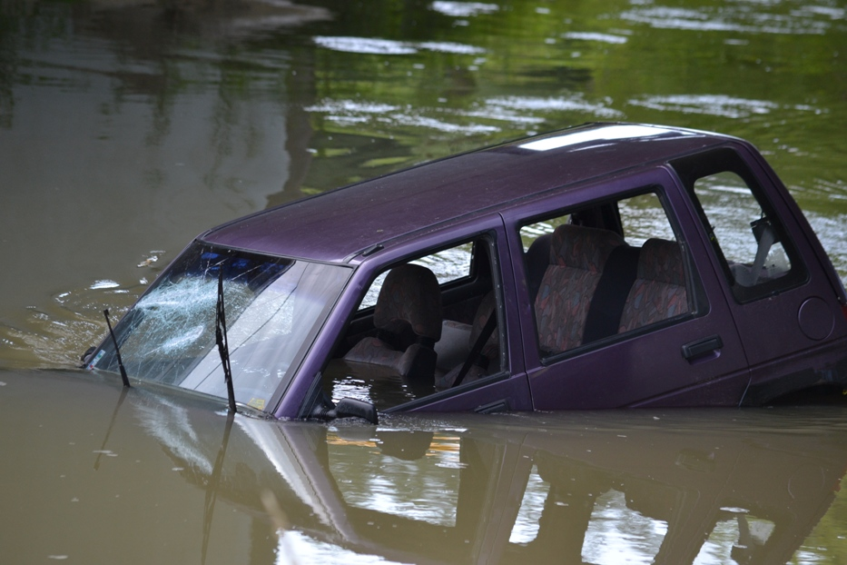 NEHODA V MICHALOVCIACH: Auto skončilo pod mostom v Laborci. Pozrite si fotky