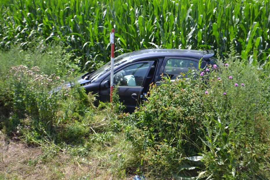 Pred Michalovcami vyletelo auto z cesty rovno do poľa