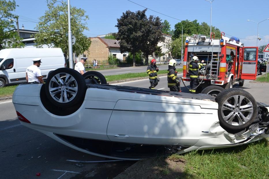 NEHODA v MICHALOVCIACH: Mercedes skončil prevrátený na streche